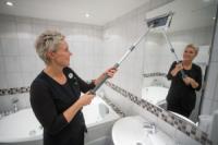 VIKAN EASY SHINE KIT CLEANING GLASS CLEANER MIRROR DEMONSTRATION 4